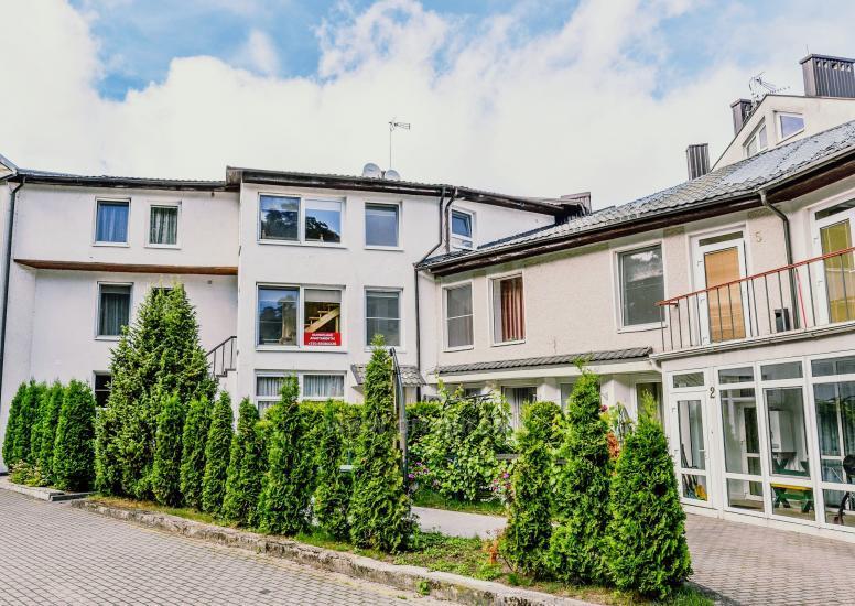 Apartamentai Juodkrantė su lauko terasa prie poilsio namų Ąžuolynas