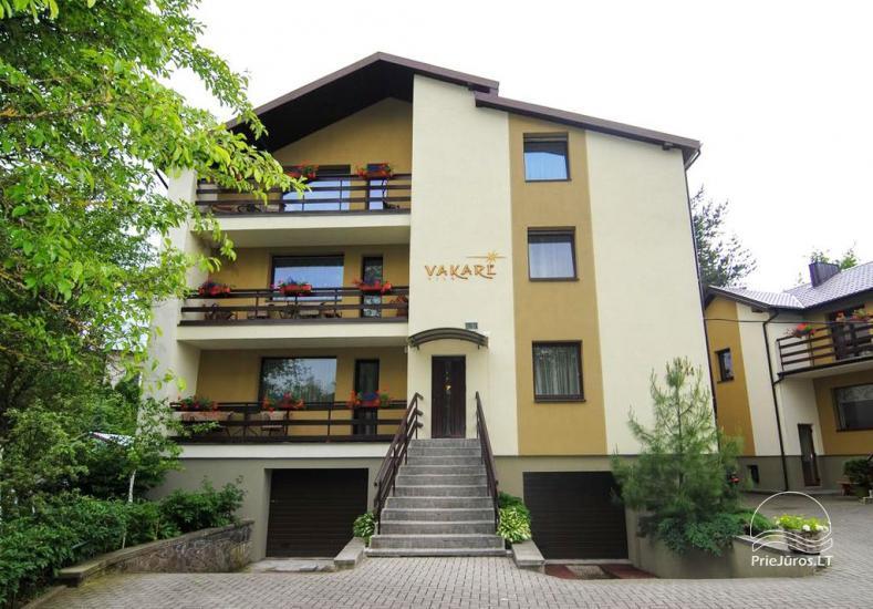 Apartamentai ir kambariai Palangoje – Vila VAKARĖ. Dideliame kieme: nuosavas pušynas, pavėsinės, lauko baldai, žaidimų aikštelė